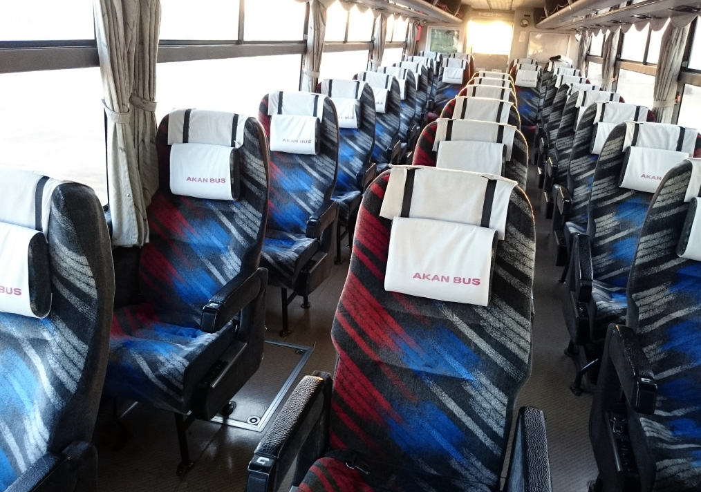 3-row independent seats comfortably accommodate 28 passengers